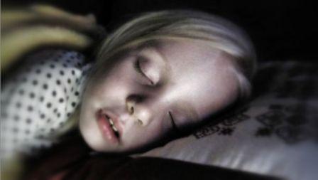 הפרעות_שינה_אצל_ילדים_לפעמים_התשובה_נמצאת_מתחת_לפנס